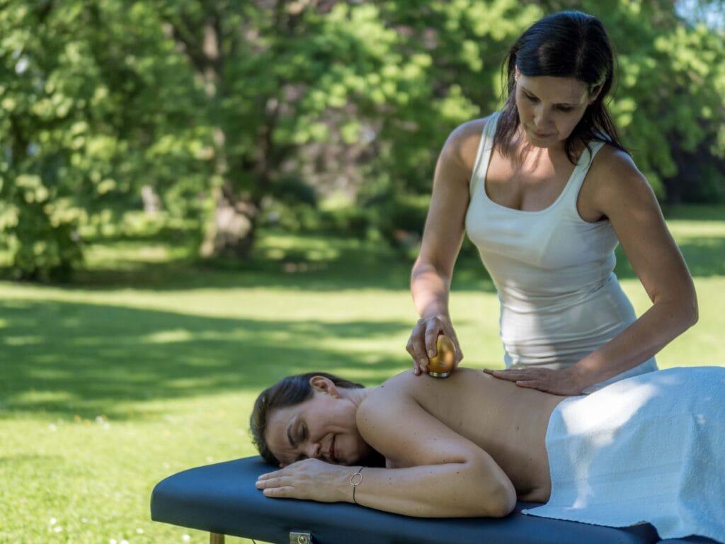 Klangei in gold mit Körpergleiter zur Wellnessmassage
