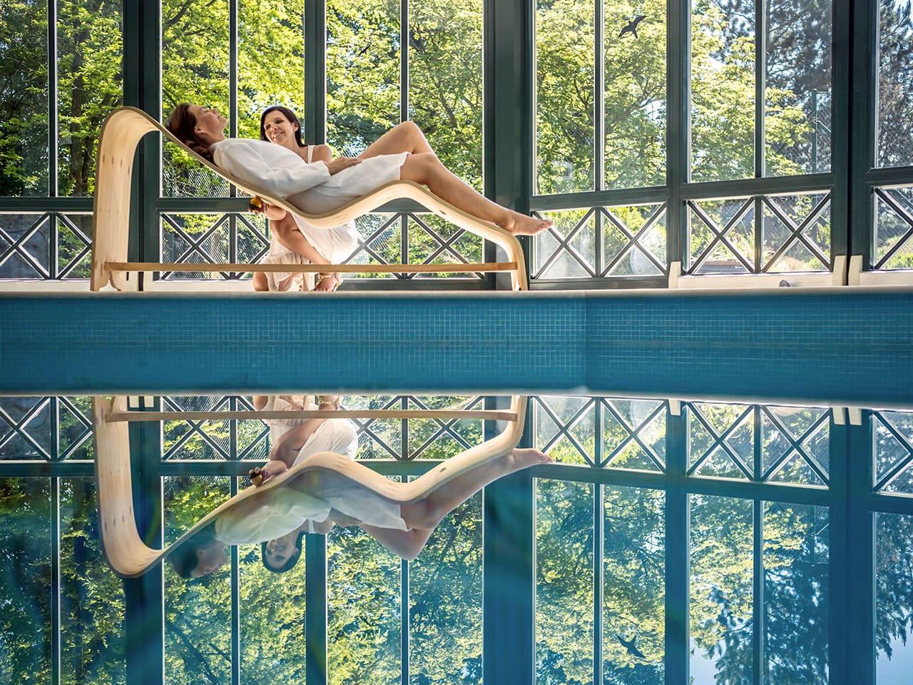 Klangeiliege im Badehaus mit zwei Frauen