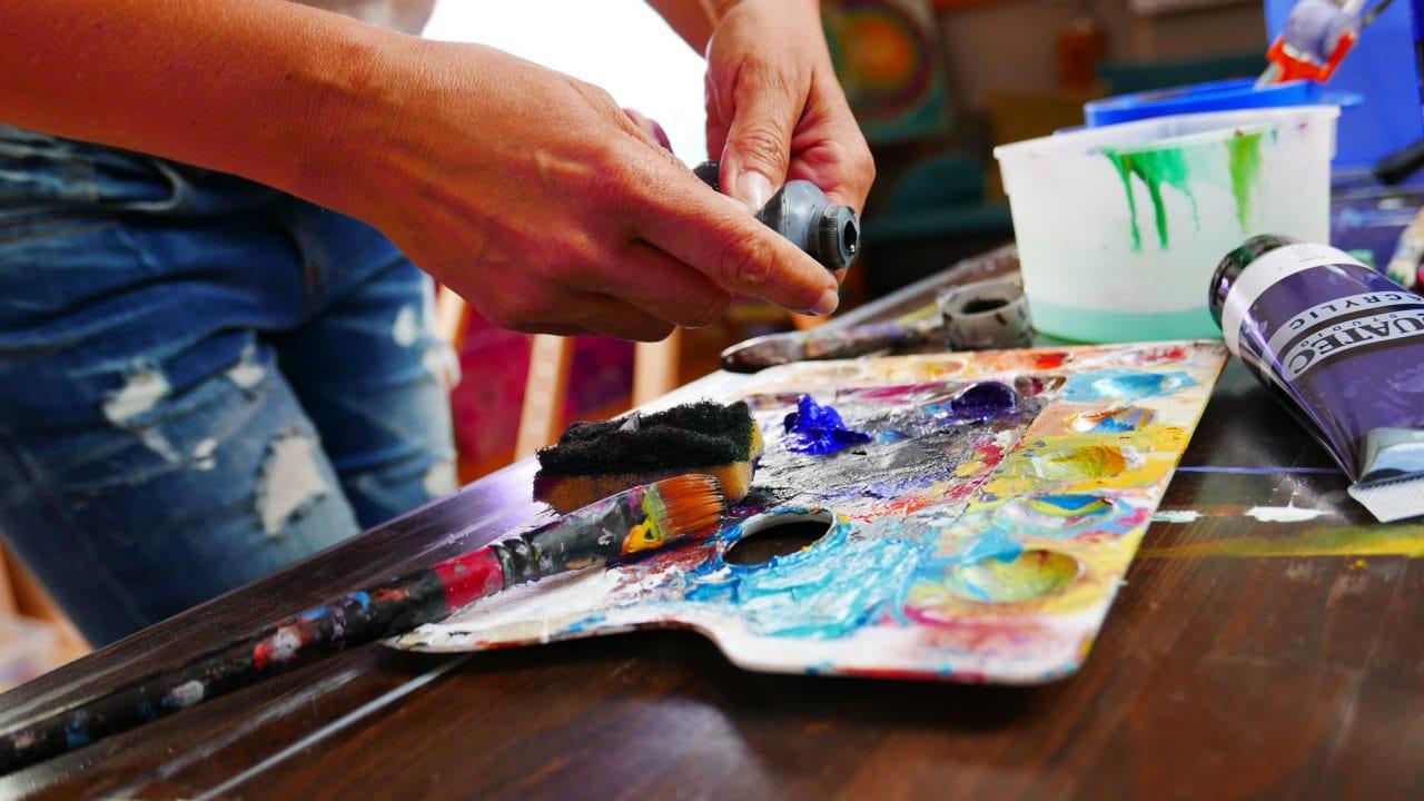 Bettina im Atelier beim Farben Mischen