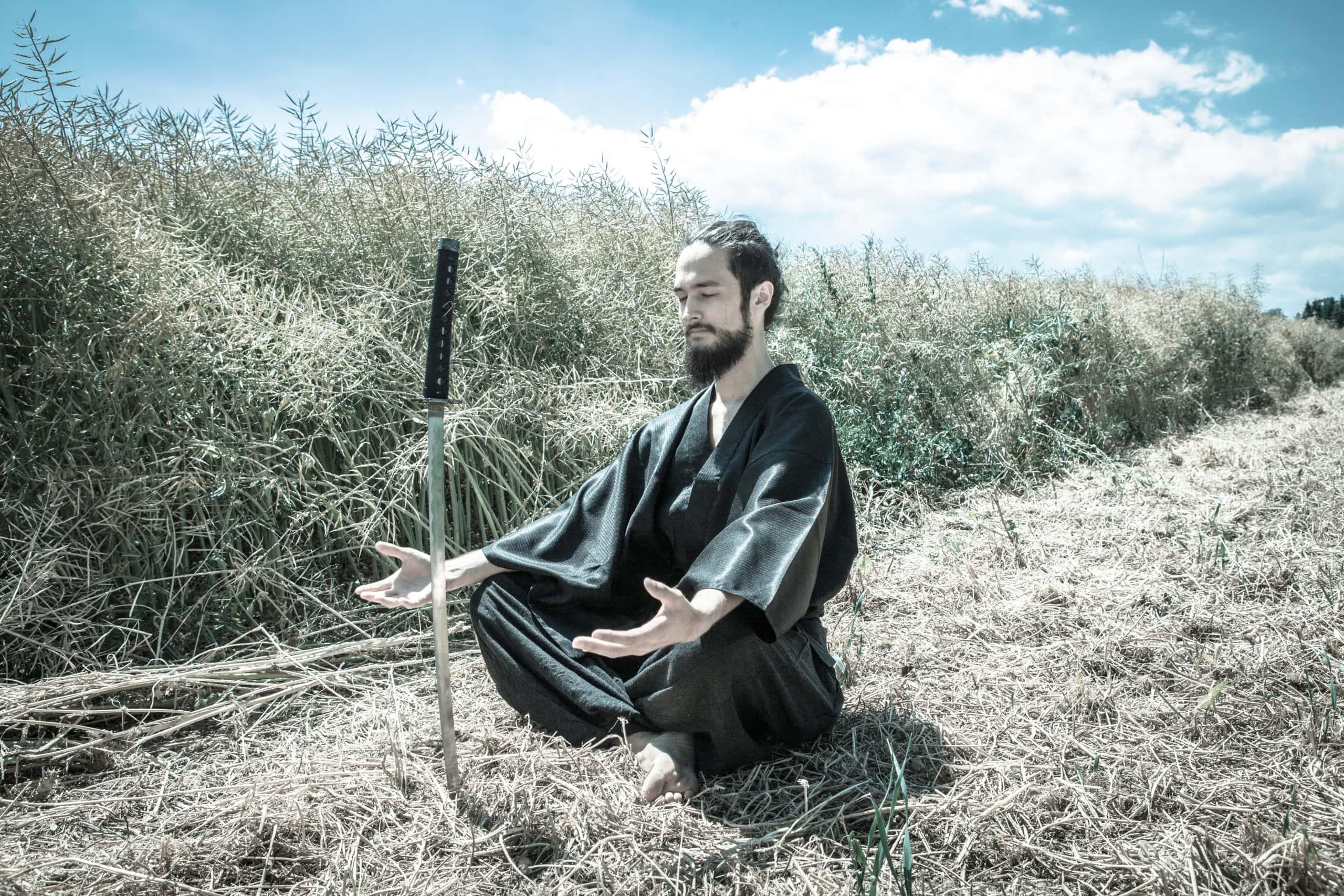 Shu als Samurai sitzend in der Natur