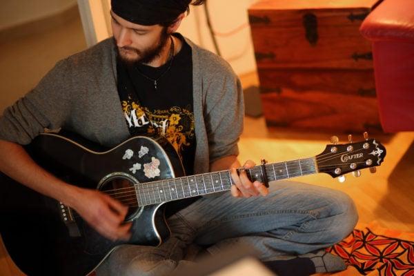 Shu mit Gitarre im Studio Eicher Music